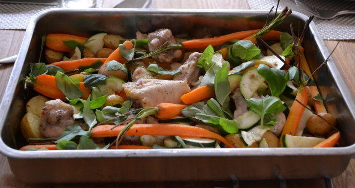 Provencaalse ovenschotel!  Ingrediënten (voor 2 personen) 2 uien 500 gram krieltjes 300 gram kippendijen 4 eetlepels olijfolie 2 eetlepels Provencaalse kruiden 1 courgette, inhalve plakjes 1 bospeen, schoongemaakt hand basilicum  Bereiding Verwarm de oven voor op 200 graden. Meng de in ringen gesneden uien en aardappelen met de kippendijen en olie in de braadslee. Bestrooi met de Provencaalse kruiden en peper en zout. Zet 20 minuten in de oven. Doe de groenten in de braadslee, schep alles…