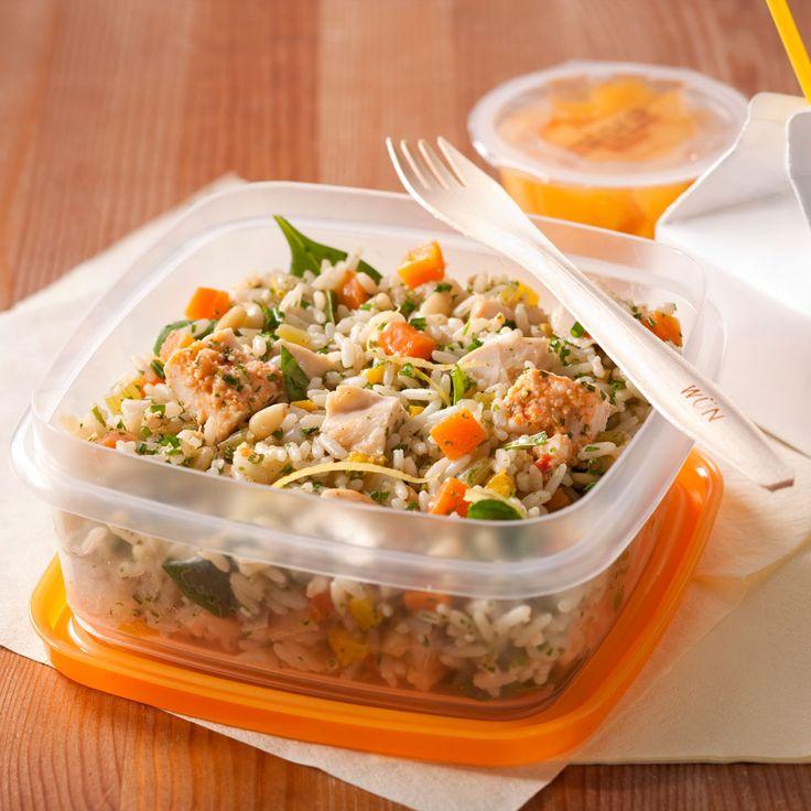 Une salade appétissante pour tenir la route tout l'après-midi! Les restes de poitrines de poulet farcies à la feta se mêlent à ceux du riz pilaf aux légumes pour composer un lunch rapido. Arrosée d'une vinaigrette citronnée, cette salade se dévore en douceur sur l'heure du midi.