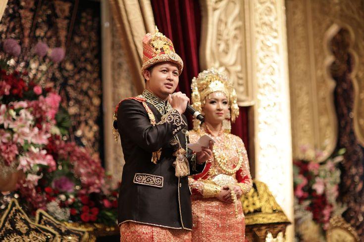 loving the more traditional look on the bride's headdress || Pernikahan Adat Aceh ala Nissa dan Ian