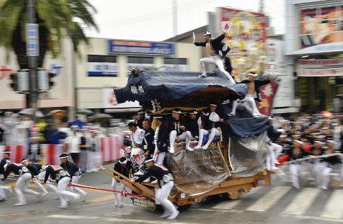 勇壮「やり回し」披露…岸和田だんじり祭始まる
