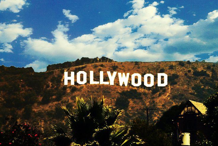 Cinematografie & Limba Engleza HOLLYOWOD 2016 Participand la acest program, cursantii vor studia productiile de cinema in apropierea centrului mondial al industriei de divertisment, Hollywood. Profesionisti in arta cinematografica (profesori de la Columbia University, regizori si tehnicieni care au lucrat cu George Lucas sau Ray Liotta) ii vor invata pe participanti cum sa scrie un mic scenariu si sa contureze povestea, detaliind separat fiecare secventa a filmului.