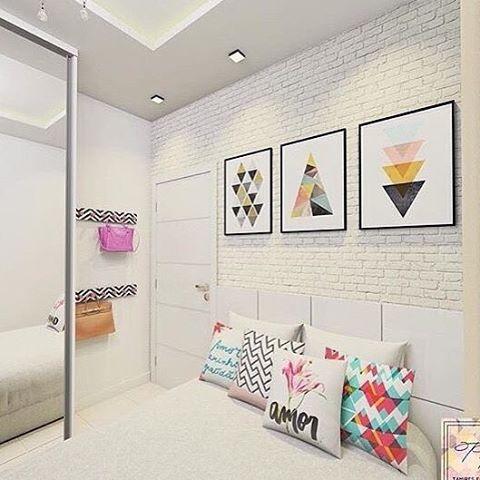 Inspiração: Quarto! Amei a decoração desse quarto, a composição dos quadrinhos e as almofadas deram todo um charme, além do papel de parede de tijolinhos na parede da cama