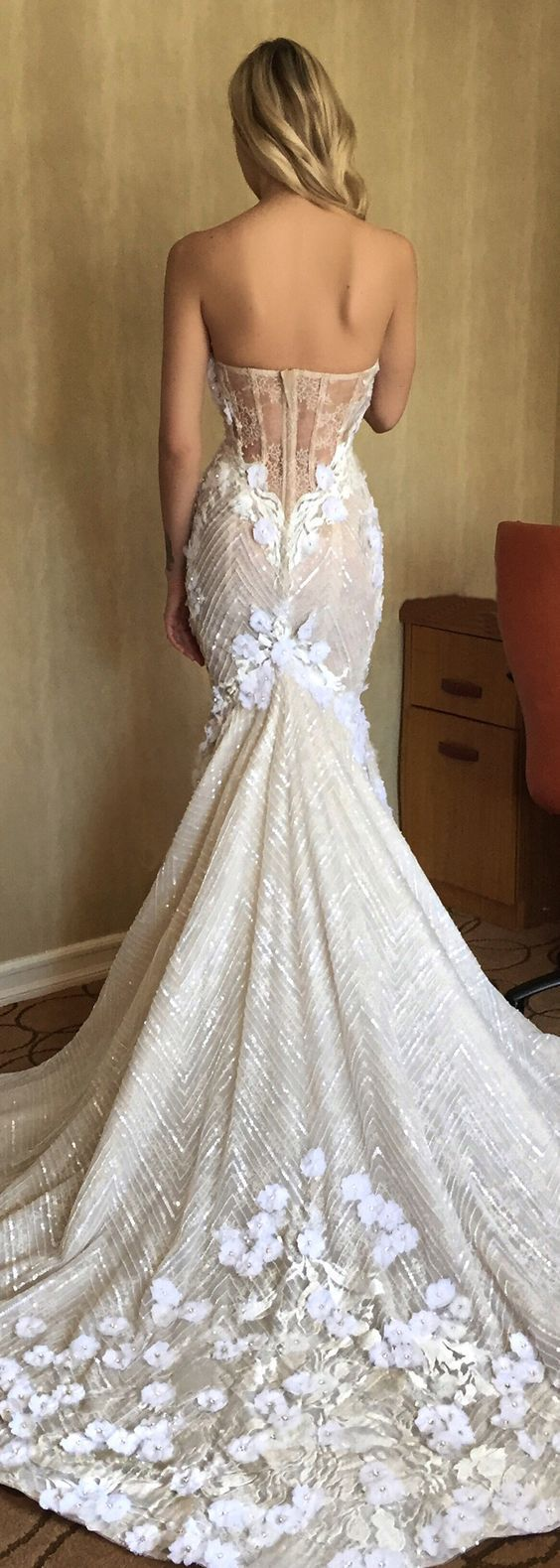Mi piace la semplicità del vestito e i dettagli floreali nello scollo della schiena ed in fondo alla gonna..  (Berta Brida Wedding Dresses) Women, Men and Kids Outfit Ideas on our website at 7ootd.com #ootd #7ootd