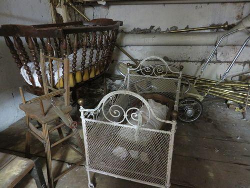 Lot comprenant 2 berceaux en bois, une chaise poupée, un petit lit en fer blanc et un landau des années 1950. On y joint un landau en fer.  - Ader - 23/09/2014