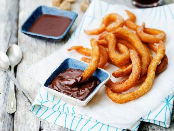 Churros selber machen ist gar nicht schwer: Wir zeigen, wie ihr die spanische Köstlichkeit im Nu auf euren Kaffeetisch zaubert. | http://eatsmarter.de/ernaehrung/gesund-ernaehren/churros-selber-machen
