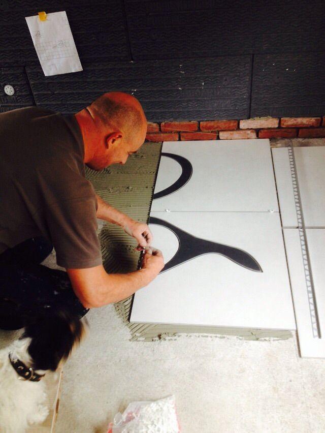 Het begin is er. Schaar in Vloer door Tegelbedrijf Oud-Beijerland
