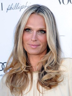 Molly Sims dark lashes, pale lips