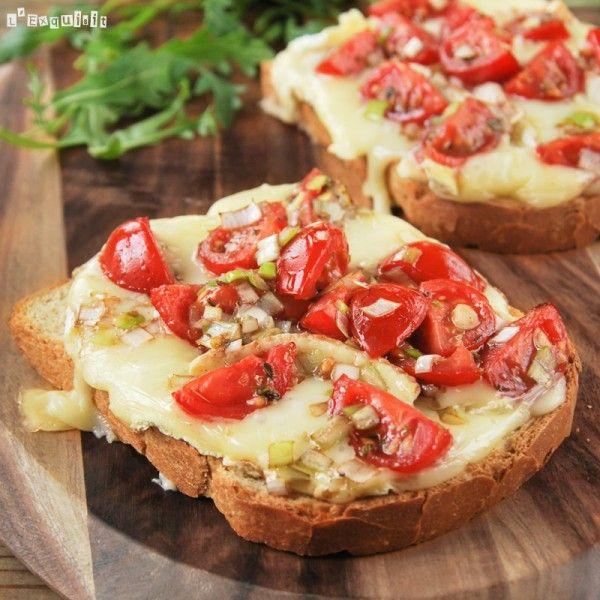 Tostada caliente de brie con tomatitos al balsámico