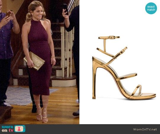 DJ's gold sandals on Fuller House.  Outfit Details: https://wornontv.net/87658/ #FullerHouse