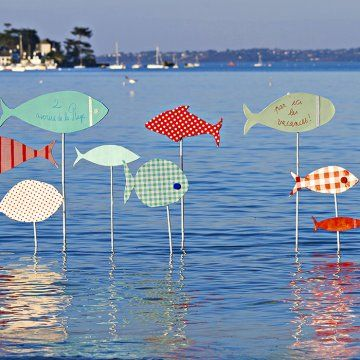Panneaux en carton en forme de poissons recouverts de papier à motifs
