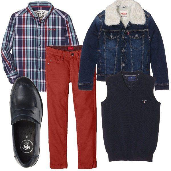 I pantaloni taglio jeans rosso cupo sono abbinati alla camicia a quadri nei toni del blu, rosso, celeste e bianco e al gilet in lana blu. Completiamo con un giubbino di jeans taglio classico con interno in ecopelo bianco. Ai piedi mocassini in pelle blu con striscia sopra.