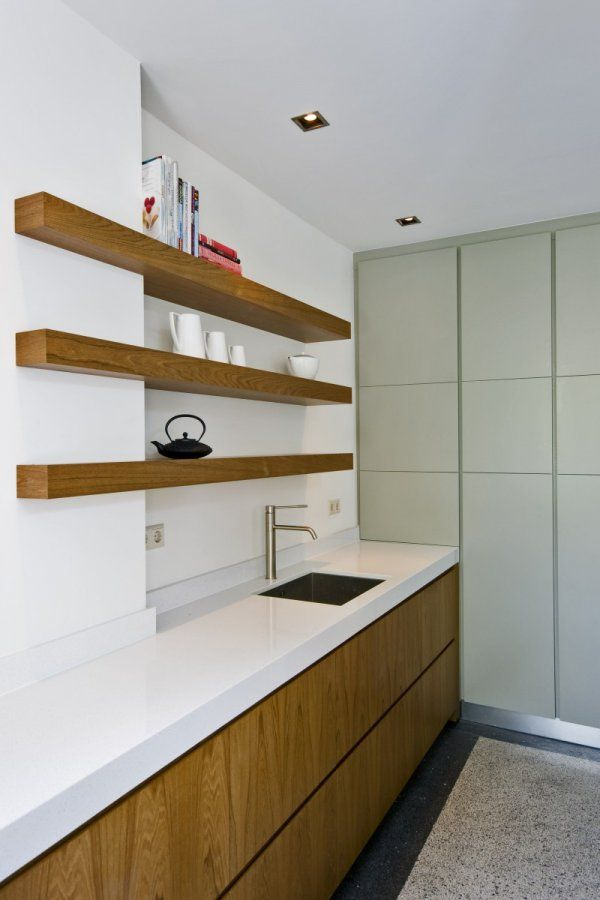 Op het eerste oog een moderne keuken, door de granito vloer en de zacht groene kastenwand krijgt deze keuken toch een jaren 30 accent - www.witzand.nl