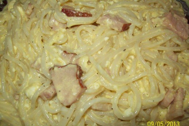 Retete Culinare - Spaghete cu branza, sos de smantana si kaiser