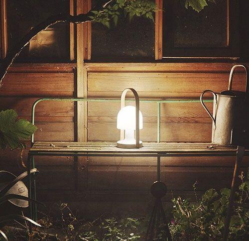 Spectacular Vorreiter der mobilen In und Outdoor Leuchten Follow Me LED Tischleuchte von Inma Berm dez