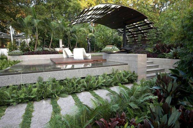 auvent moderne en bois, mobilier design et plantes vertes dans le jardin