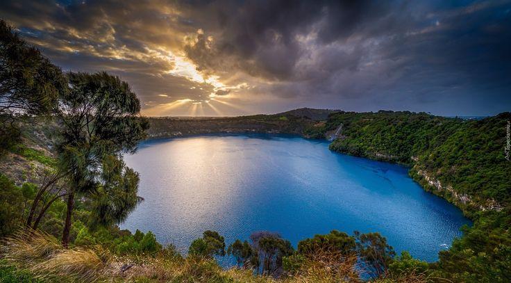 Australia, Jezioro Blue Lake, Drzewa, Chmury, Przebijające światło
