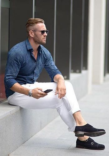 【春】青バンドカラーシャツ×紺パンツ・白スニーカーの着こなし(メンズ)   Italy Web