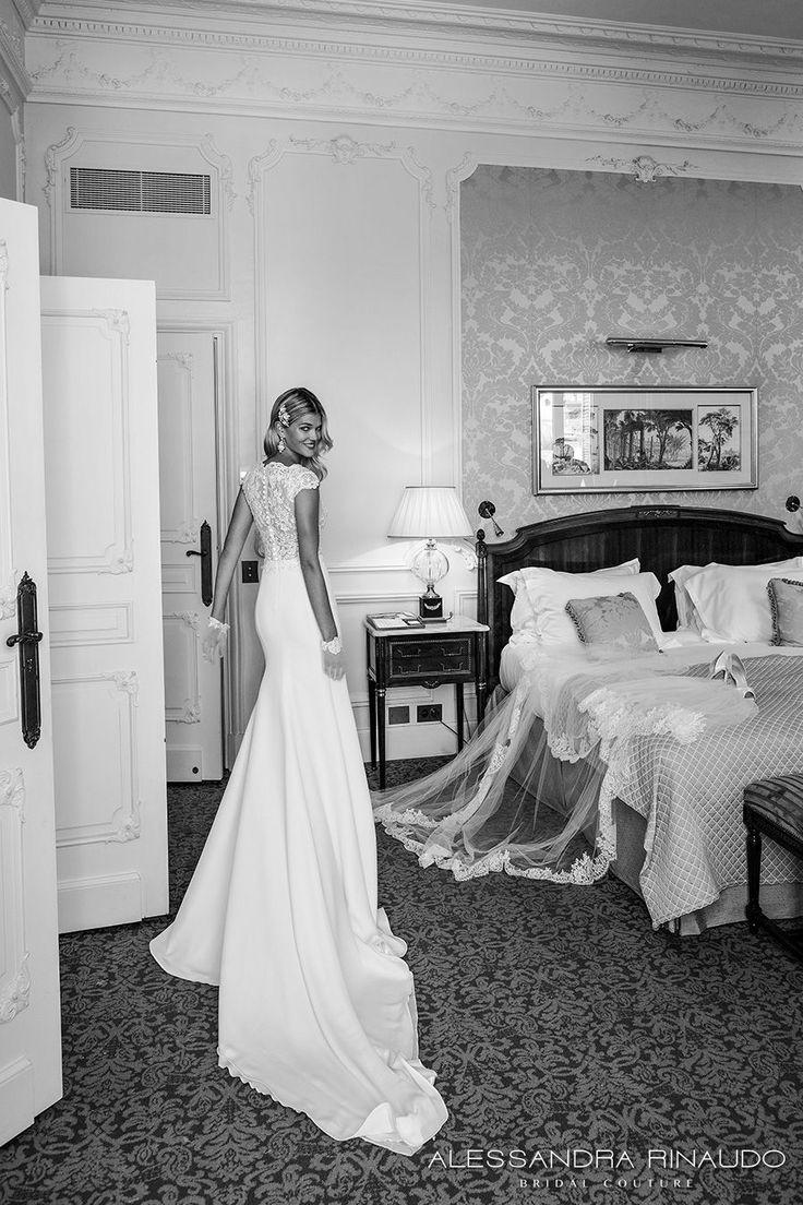 alessandra rinaudo 2017 mancherons de mariée corsage décolleté bateau fortement embelli robe de mariée fourreau élégante dentelle de retour train chapelle (de bletilla) bv
