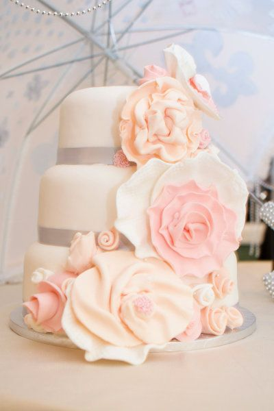 Gâteau de mariage / wedding cake  http://www.pinterest.com/adisavoiaditrev/boards/