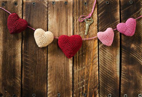 Snoephartjes, chocola of parfum zijn geliefde aankopen voor Valentijn, maar het kan veel creatiever! Wat dacht je van deze originele handgemaakte decoratie, zoals deze gehaakte hartjesslinger? Maak jij hem na? Of heb je een ander origineel Valentijn idee?