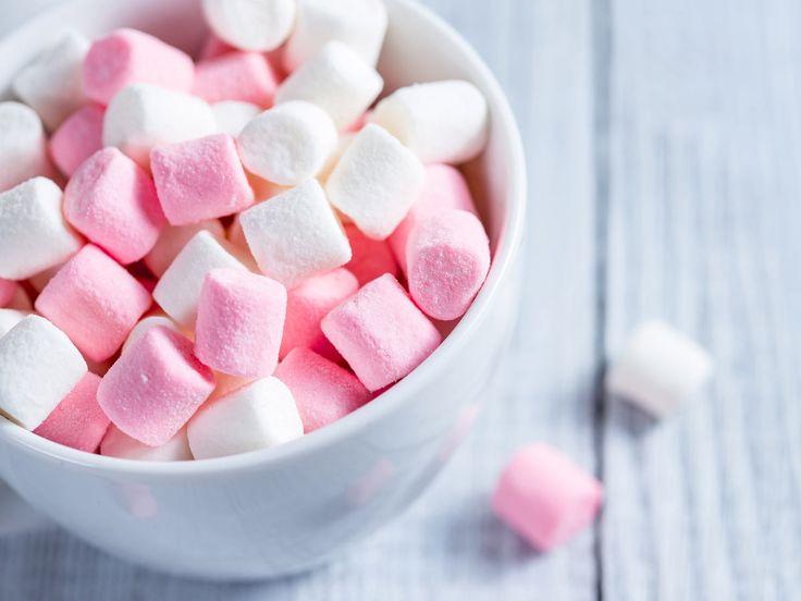 Ob pur oder als Kuchendeko: Marshmallows sind beliebter denn je. Wir zeigen, wie Sie Marshmallows selber machen und das Basisrezept lecker abwandeln.