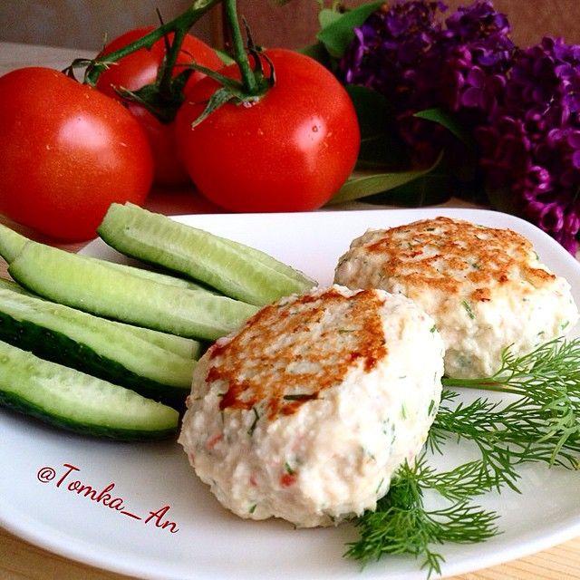 На #обед сегодня вкусные и нежные котлетки, которые понравятся дюкашкам, а ппшки будут от этого рецепта закатывать глаза  Несколько дней назад подсмотрела его у Элечки @dd_xydeu Спасибо за идею, дорогая  ✅ ингредиенты: - половинка курогрудки, - 6 шт крабовых палочек - 1 яйцо - небольшая луковица, зелень, соль/специи добавляем по своему вкусу. ⏩ Приготовление: Мясо пропустить через мясорубку.  Крабопалочки натереть на терке.  Добавить яйцо, зелень, лук. Перемешать.  Сформировать котлетки и…