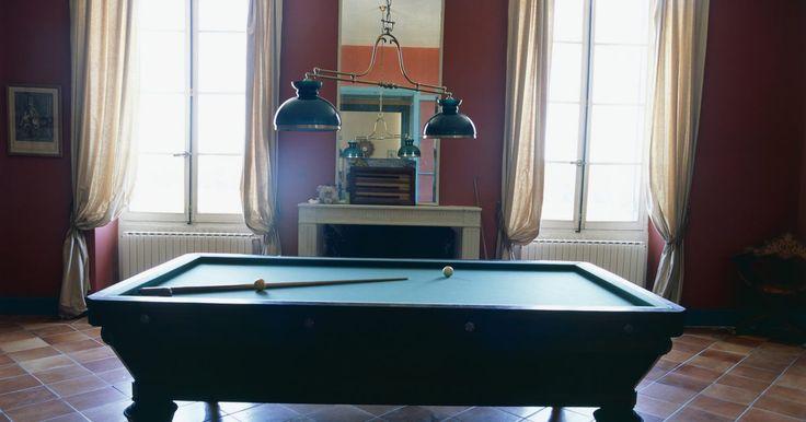 ¿Cuánto espacio libre se necesita para una mesa de billar americano?. Si estás considerando colocar una mesa de billar americano dentro de una habitación ya existente o convertir un espacio de tu casa en un cuarto de billar americano, debes tener en cuenta unas medidas prácticas. Debes considerar la mesa en sí, los tacos de billar americano y el espacio para otros muebles. Además, hay varios tamaños de mesas de ...