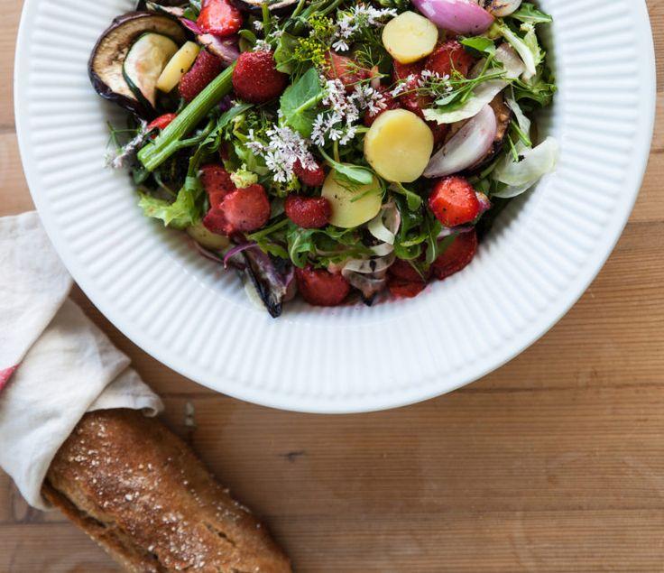 Salat med grillede jordbær. Denne skønne salat er fyldt med grillede jordbær og grønsager, og de…