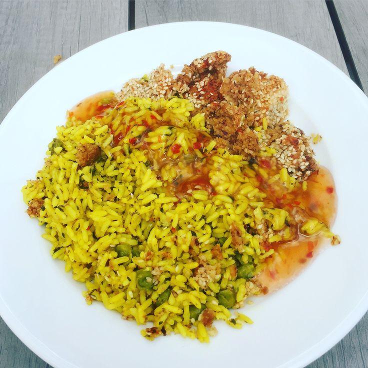 Dagens matlåda på jobbet blir vegetarisk och bullar på kidneybönor med ris smaksatt med bl. a gurkmeja, vitlök & gröna ärtor samt lite sweet chili sås!