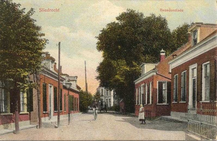 I was born in Sliedrecht, a little village in Zuid Holland. On this picture on the right you can see the house where my mother was born in 1937. I use to visit my grandfather and mother here.