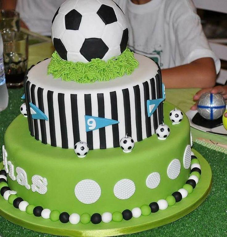 gâteau d'anniversaire décoré de balles de foot
