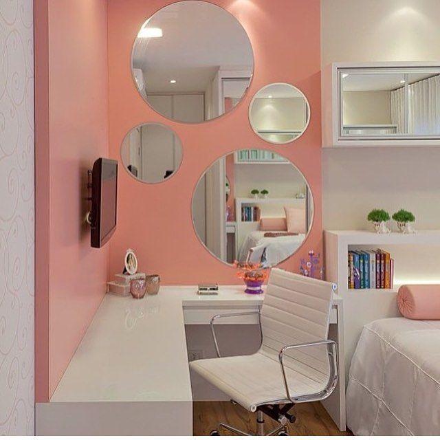 Quarto teen l Destaque para o painel rosa com espelhos em tamanhos diferentes e bancada, que tanto pode ser utilizada para estudo, quanto para se maquiar, perfeito!!! Projeto @arqmbaptista #bedroom #quartodemenina #pink #blogueira #makehair #make #makeup #blogger #girl #homedecor #arquiteta #decor #interiores #decoração #photo #click #instalike #instalove #love #decora #instadecor #architect #blogfabiarquiteta #fabiarquiteta