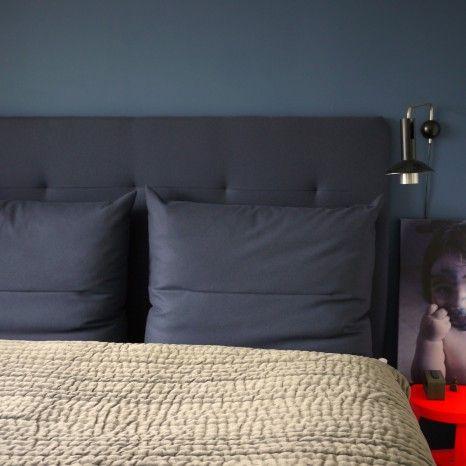 Sweetspot DIY polstret sengegavl i fin mørkeblå farve. Sådan en må vi bare have: http://thesweetspot.dk/wp-content/uploads/2013/05/DIY-polstret-sengegavl.pdf