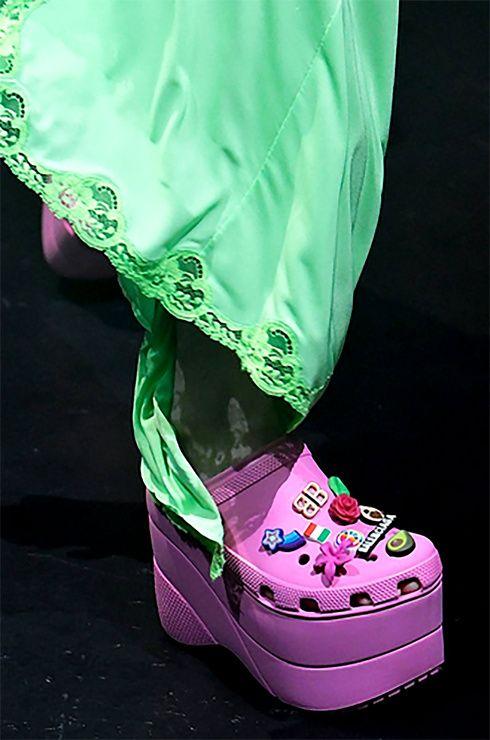 Los #Crocs de 850 dólares de #Balenciaga se agotaron antes de llegar a las tiendas. #Shoes #Zapatos #Plataforma #Runway #Pasarela