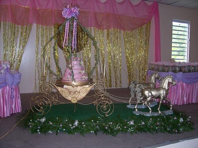 carriage and horse for quinceanera   cinderrella 15 birthday cake — La Quinceanera