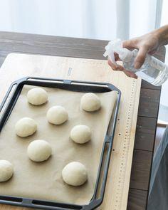 最近Instagramやブログで噂になっている「魔法のパン」をご存知ですか?レンジ発酵30分、こねずに作ることができちゃう夢のようなパンなんです!おうちで作る焼き立てパンはとっても美味しいのですが、長い発酵時間とこねる作業で少し大変に感じてしまうのも事実。そんな大変さを解消すべく、驚きの手法を提案するのが人気料理ブロガーで元ベーカリーカフェ店長のゆーママさん。簡単で楽しくておいしい、作ったら自慢し...
