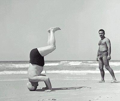ben gurion praticando yoga  le corps corps photographie