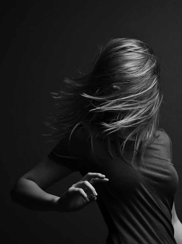 Картинки девушка черно белое фото со спины
