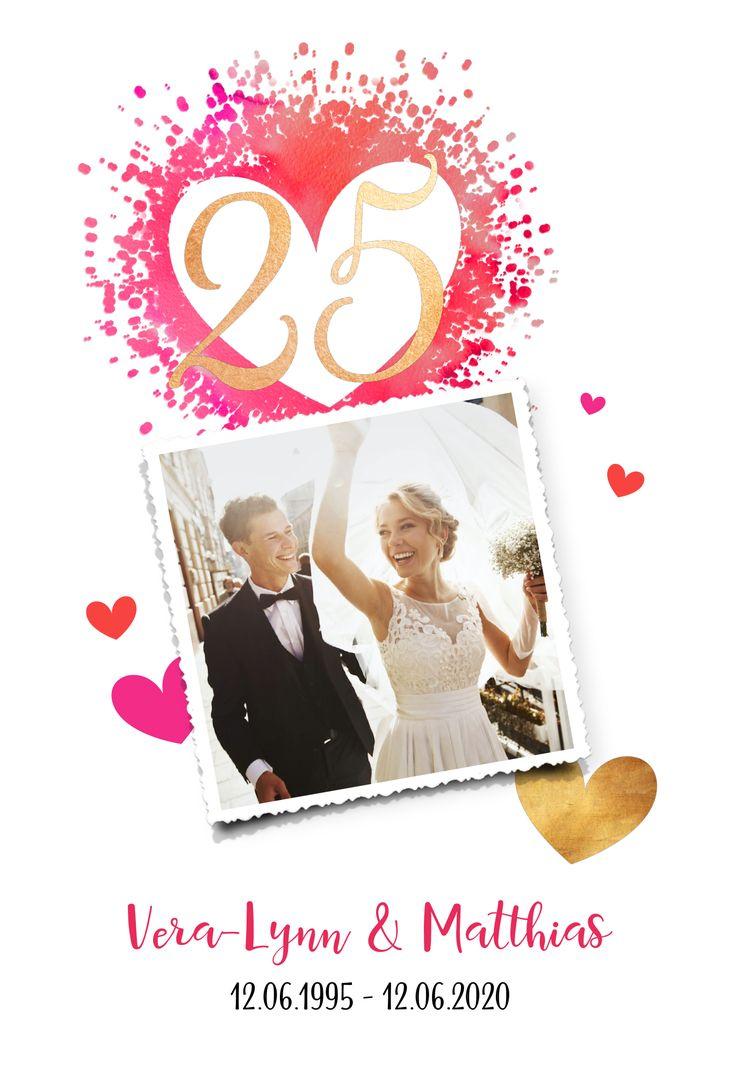 Vrolijke jubileumkaart 25 jarig huwelijk met hartjes, een trouwfoto en confetti.