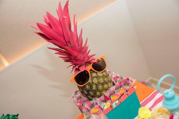 Um abacaxi de óculos dava o clima tropical para essa festa de aniversário de menina com o tema praia que aconteceu bem no meio do verão