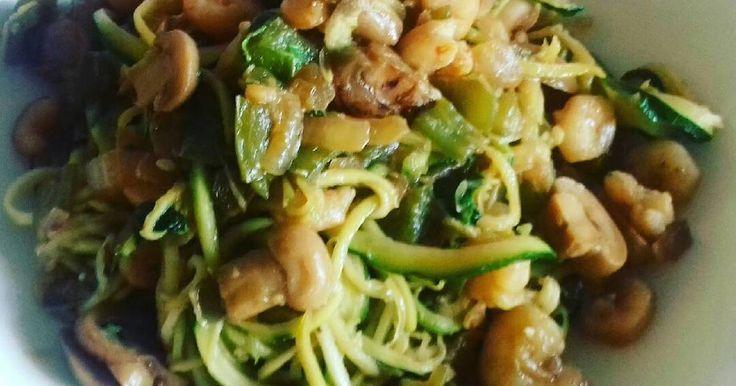 Fabulosa receta para Espaguetis de calabacín a la oriental. #mioperaciónbikini Hace más de un año que perdí 34 kg y (todavía me queda camino que recorrer) y hago recetas como esta en mi perdida de peso. Podéis ver nuestros vídeos de dieta en nuestro canal https://youtu.be/ccZ1iq4BICo