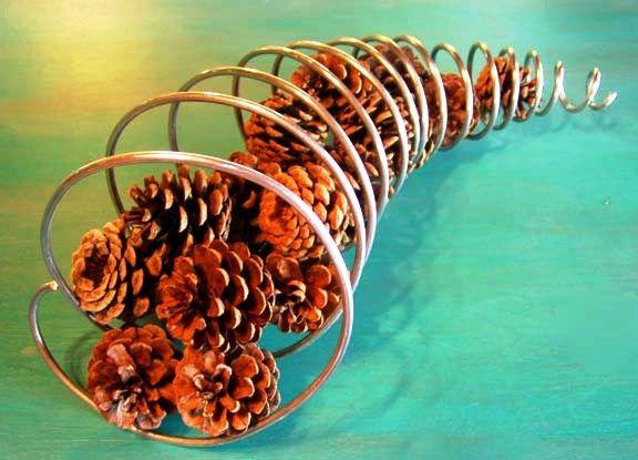 drátěná dekorace, vánoční dekorače, dekorace ze šišek a drátu