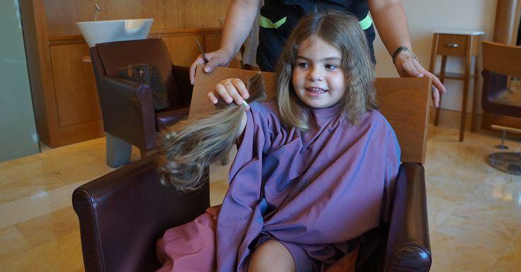 Η μικρή Μελίνα στο κλαμπ των δωρητών. Το ΄πε και το ΄κανε. Η μικρή Μελίνα Μοσχίδου ανακοίνωσε στο σχολείο την πρόθεσή της να δωρίσει μια ποσότητα από τα μαλλάκια της. Και η μεγάλη στιγμή για την μικρή Μελίνα έφθασε.  Διαβάστε περισσότερα http://goo.gl/5w7DKH