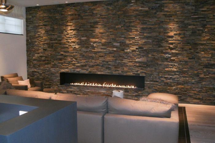 Moderne inbouw haard met breed vuur vuurlijn in een wand van