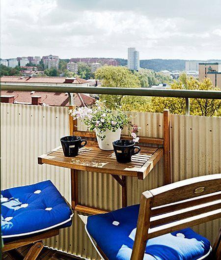 varanda pequena com mesa embutida para tomar café