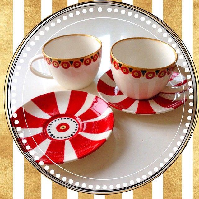 Juego de 2 tazas de té con su platito, pintados a mano en rojo, negro y dorado! Puedes incluso meterlo al lavavajillas, $20.000 ❤️✨ contacto por wassap al 6-2063421