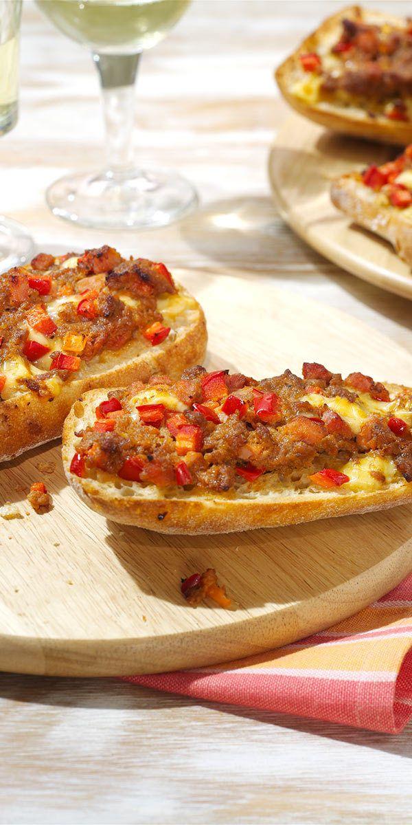 Pizza-Brötchen sind ein Klassiker, ob auf Geburtstagen oder anderen Feierlichkeiten: Jeder hat sie schon mal auf einem Buffettisch gesehen. Mit unserem Rezept kannst du sie nun besonders lecker selber machen! Lasst es euch schmecken.