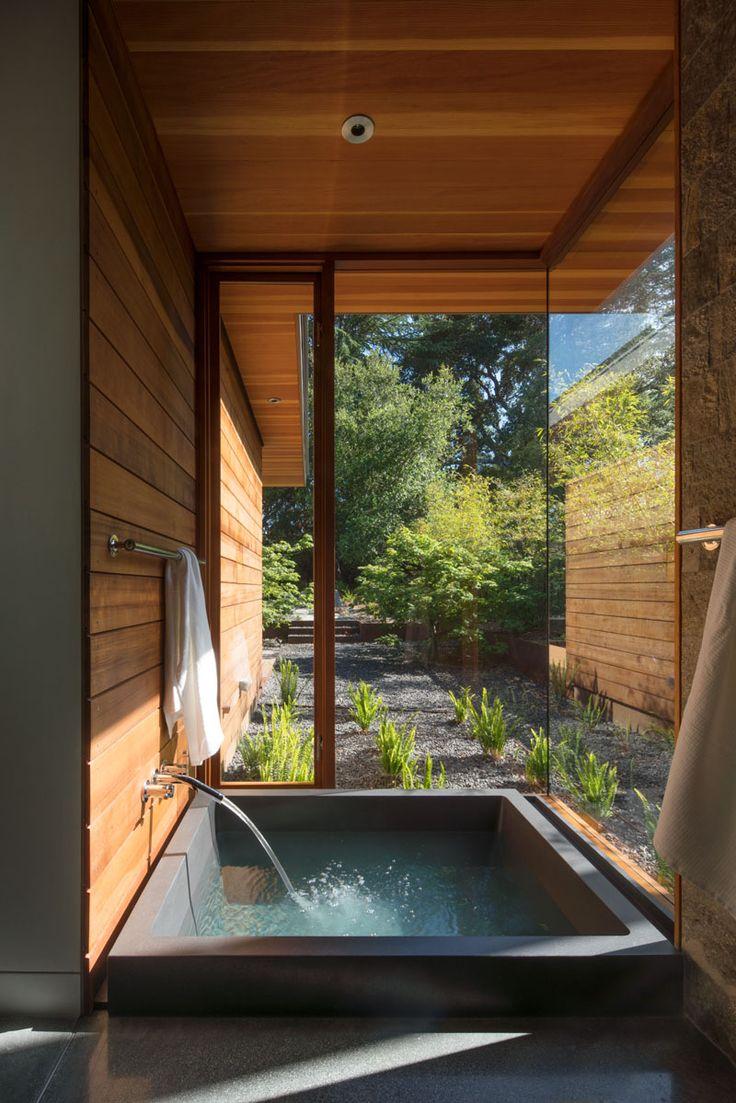 Une salle de bain zen avec des larges vitres pour une immersion totale dans la nature #homesweethome