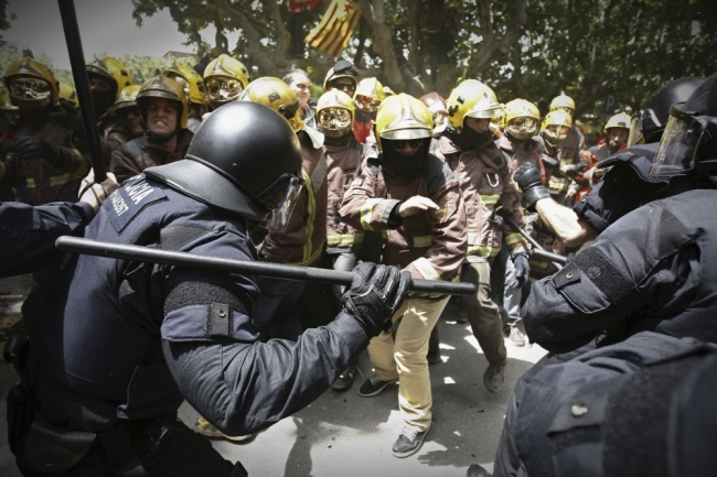 Police and firefighters in Spain clashing over austerity measures