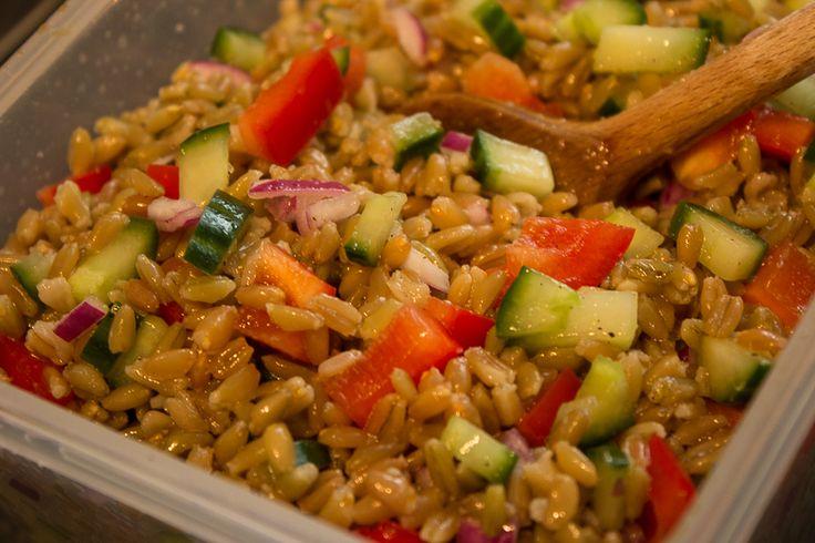 Meistens werden zum Grillen immer die gleichen Salate serviert: Grüner-, Nudel- oder Kartoffelsalat werden aber leider mit der Zeit langweilig. Warum also nicht mal was ganz neues wagen und einen Grünkern Salat ausprobieren? Klingt gesund und ist es auch, aber dazu auch noch total lecker!